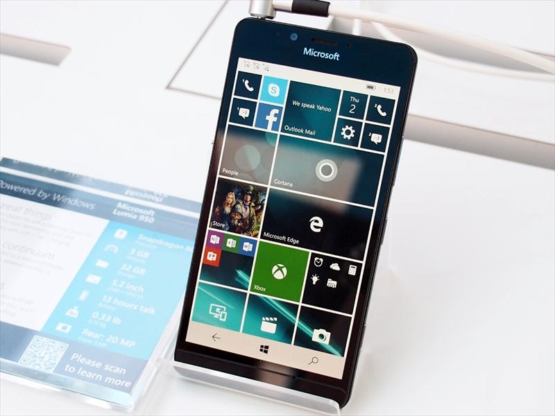 マイクロソフトの「Lumia 950」(左)と「Lumia 950XL」(右)