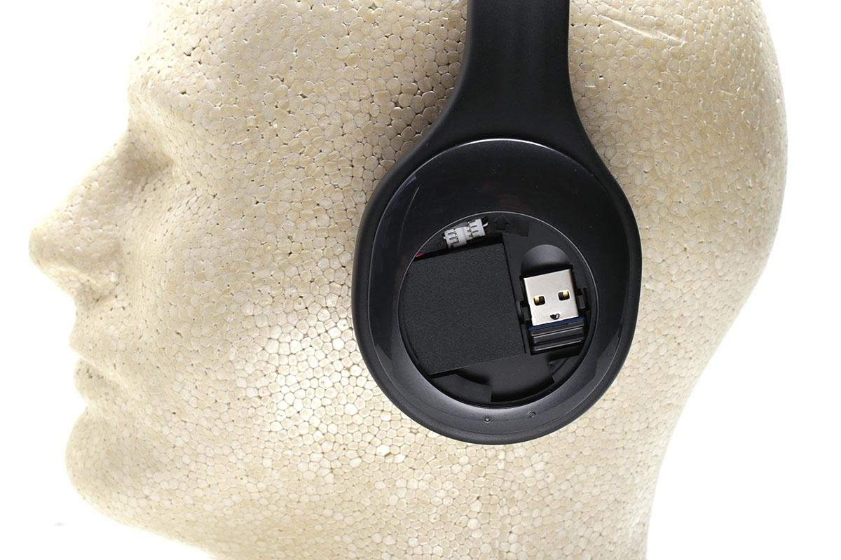 本体左側には付属のUSBドングルを格納しておけます(写真はフタを外した状態)。本体右側には主な操作ボタンがあり、右側サイドにも操作ボタン類があります。USB充電コネクタも本体右側です。
