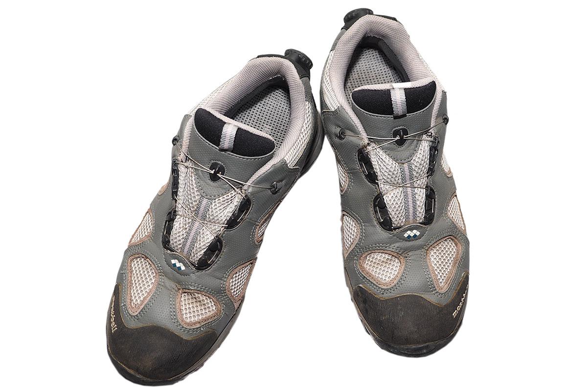 かな~り以前に買ったモンベルの……確か「マリポサトレール」(旧タイプ)だと思います。カカトにダイヤルがあるのでスッキリした見栄えではありますが、山道などで岩場の急坂や狭い石段を下るときに、ダイヤルが引っ掛かってロックが外れ、ワイヤーが緩むことがあります。履き心地は良く、カカトのダイヤルは立ったままでも(カカトを上げれば)回せて便利なので、現在は街中で履いてます。