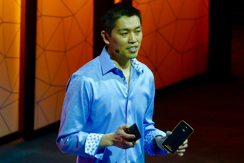 「Moto Z」をアピールするソフトウェアエンジニアリング担当シニアバイスプレジデントのSeang Chau氏