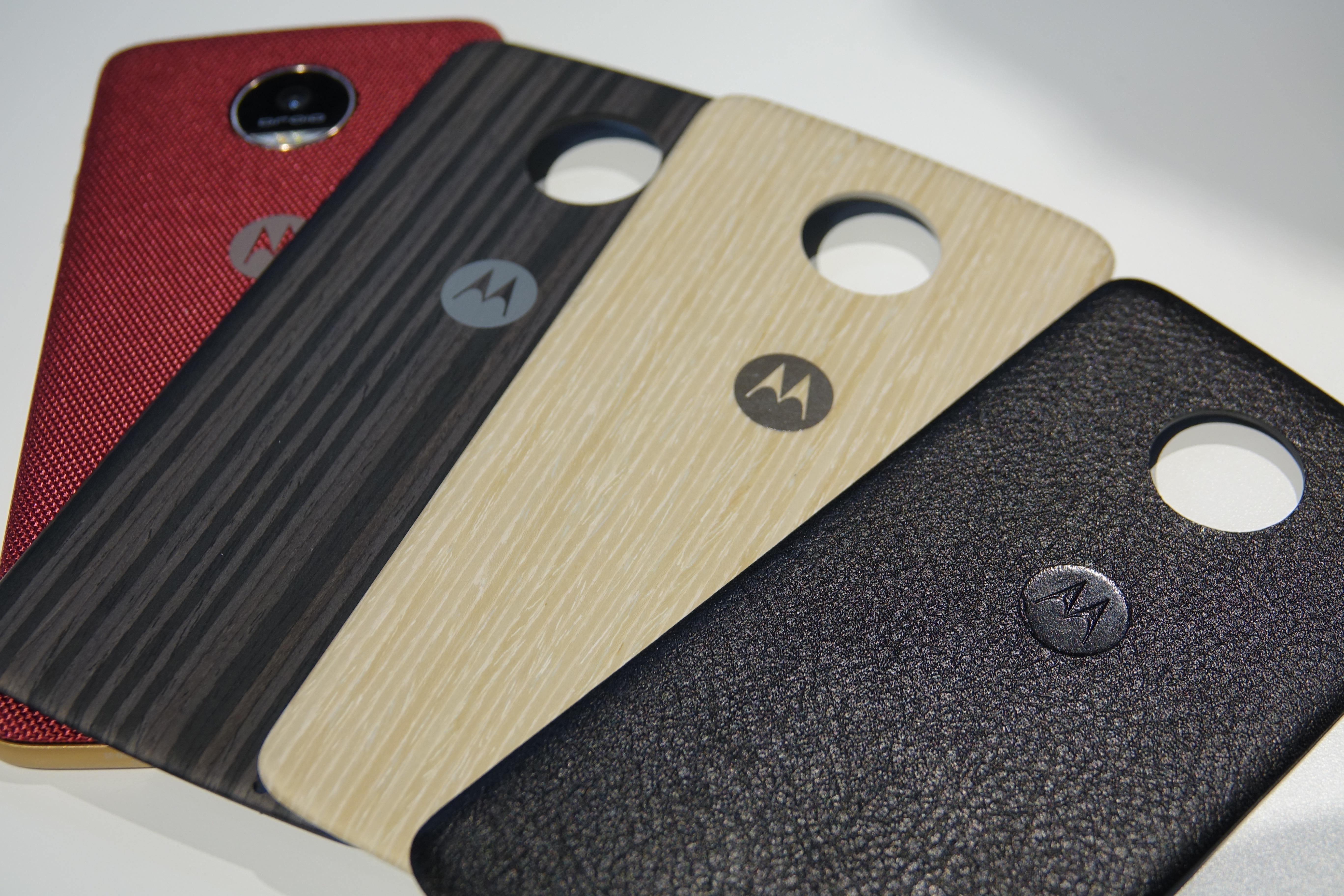Moto Modsでは背面にパネルを装着することもできる