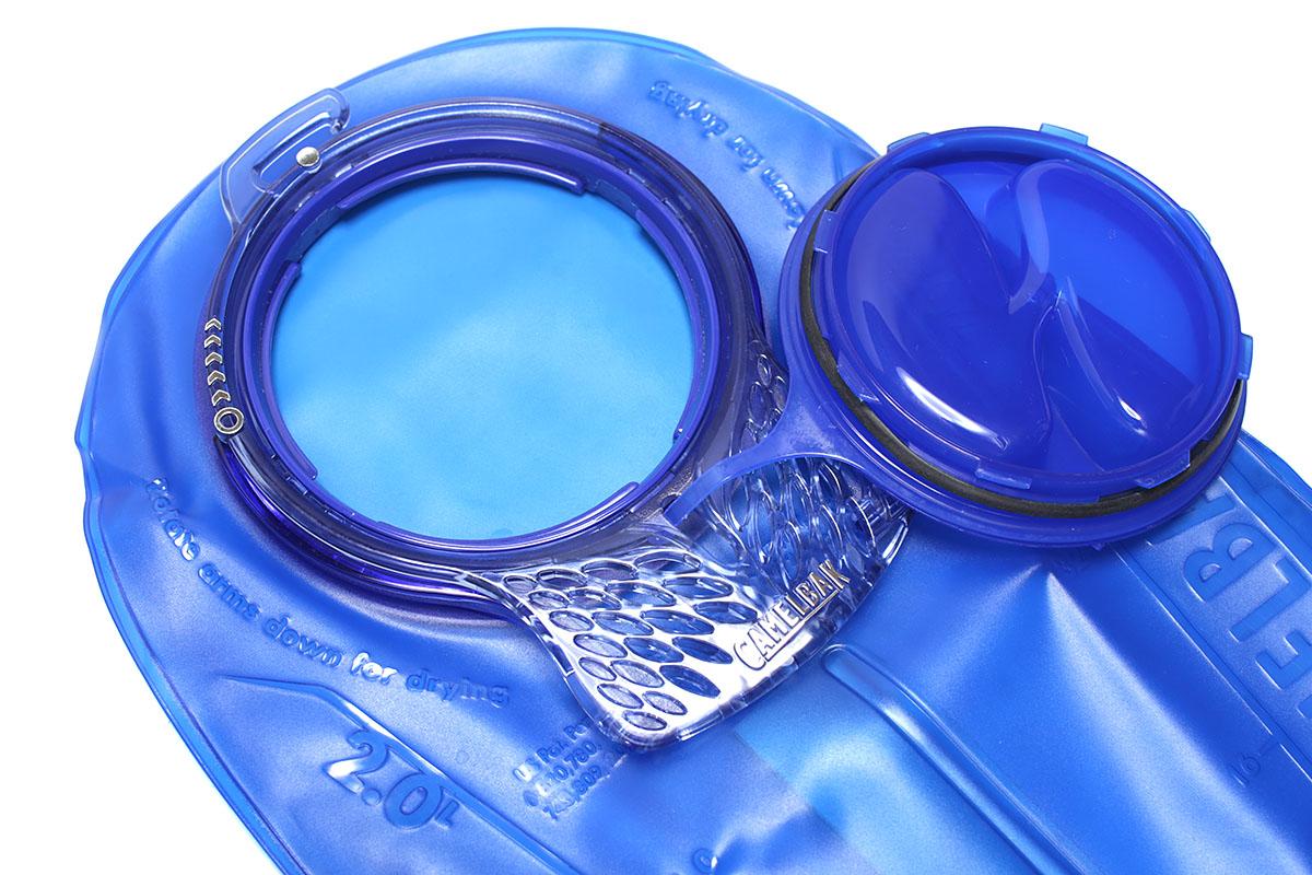 リザーバーの開口部は大きめで給水しやすく、手が入るので内部もしっかり洗えます。ほか、細部までいろいろな実用性を備えているあたり、さすが老舗の製品だと感じます。手前に見える穴あきプレート部を持っての給水も行いやすく、約70度回すだけで開閉できるキャップも実用的です。