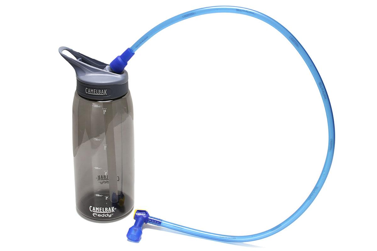 CAMELBAKの「エディボトル1.0L」「エディハンズフリーアダプター」。組み合わせると、ボトルタイプのハイドレーション・システムとして使えます。ちなみに「エディボトル1.0L」のフタ部分は、一般的な自転車用ボトルの多くと同じ規格のようなので、つまり自転車用ボトルをハイドレーション・システム化することも可能です(メーカー保証外となりますが)。