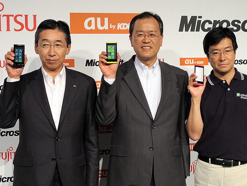 """現社長の田中孝司氏(中央)は「Windows Phone IS12T」の発表会で""""プロ""""(自称)を襲名(<a href=""""http://k-tai.watch.impress.co.jp/docs/news/463373.html"""" class=""""n"""" target=""""_blank"""">2011年の記事</a>)"""
