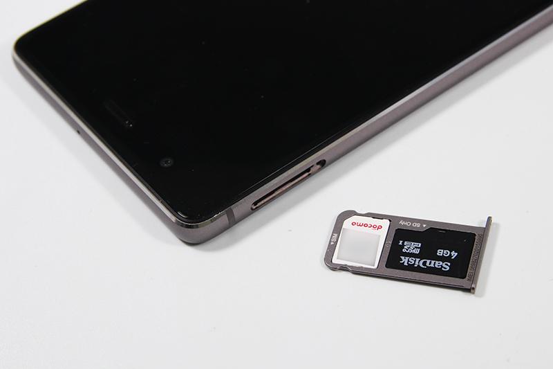 nanoSIM/microSDスロットは一体型、電源を切らずに交換可能
