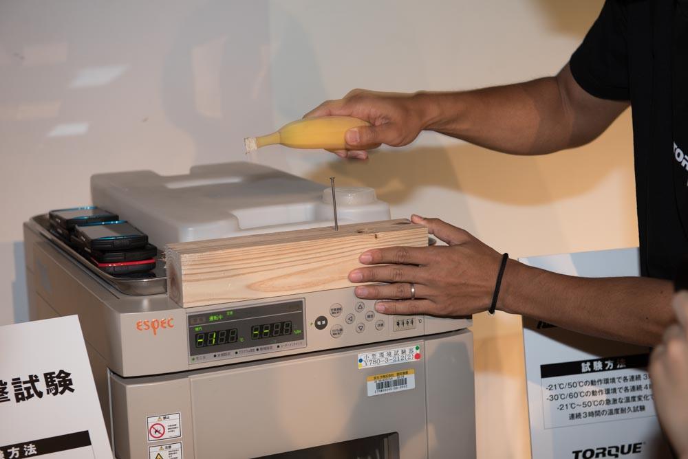 -21℃の恒温槽でTORQUE G02と一緒に冷やしたバナナで釘を打ったりした。もちろん一緒に冷やしたTORQUEは使用可能
