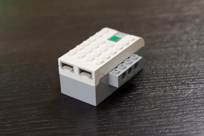 単三形2本を入れて使う電池ケース。Bluetoothインターフェイスも内蔵している