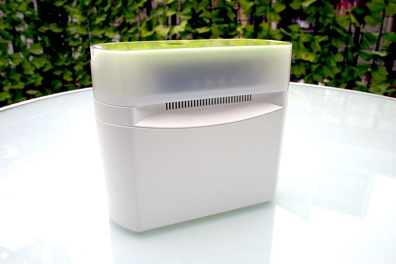 「Bluetoothほこりセンサー」の本体はシンプルなデザイン。筐体中央のスリットから給気してPM2.5を計測する