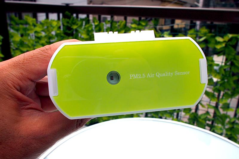 照度センサーは筐体上部に。日照時間のログ収集に役立つかも