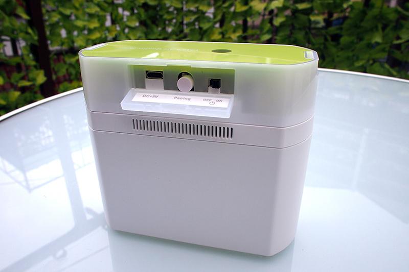 背面のカバーを開けると、左からUSBコネクタ、Bluetoothペアリングボタン、ON/OFFスイッチが配置される。USBケーブルを接続したままの常時給電運用も可能だ。