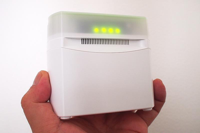 正面に配置されたLEDでも大気の汚染度がわかる。いちばん左は電源ONで光るLED。右3つのLEDの緑が多いほど空気がキレイであることを示す。空気が汚れてくると橙色に変わってくる