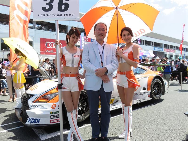 「au Circuit Queen」と記念撮影するKDDIの田中孝司社長