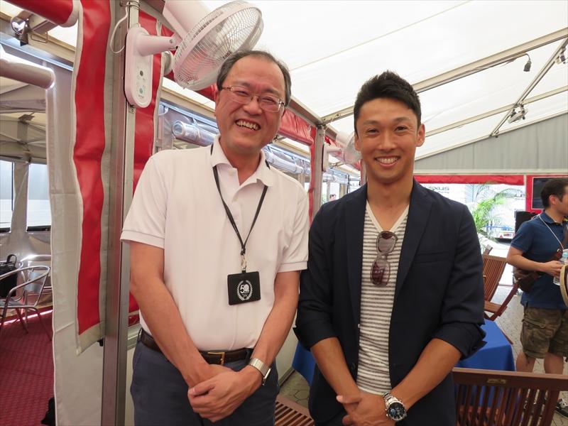TOM'Sのパドックを訪れた中嶋一貴選手やくま吉とも記念撮影