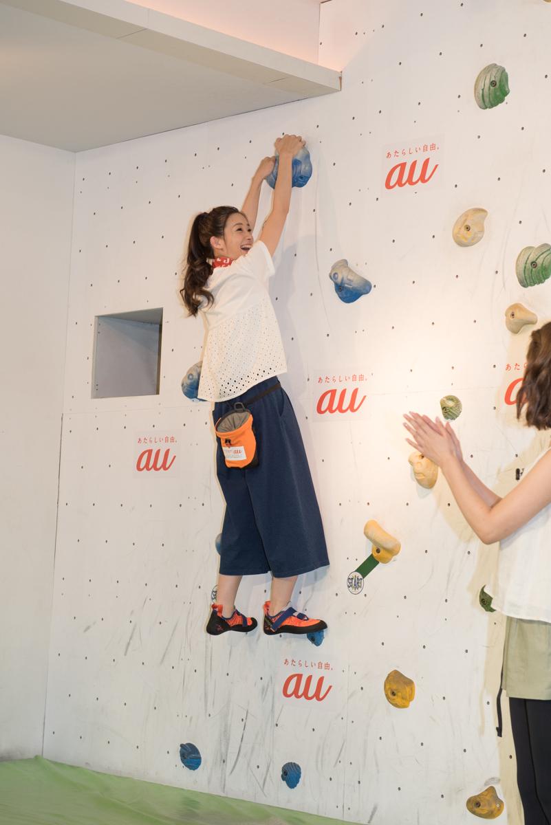 足立梨花がボルダリングの課題に挑戦。両手で目標のホールド(突起)を持つとゴール
