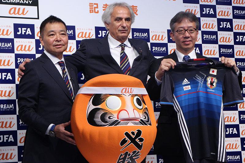 左から、日本サッカー協会 事務総長 岩上和道氏、ヴァイッド・ハリルホジッチ サッカー日本代表監督、KDDI コミュニケーション本部長 山田隆章氏