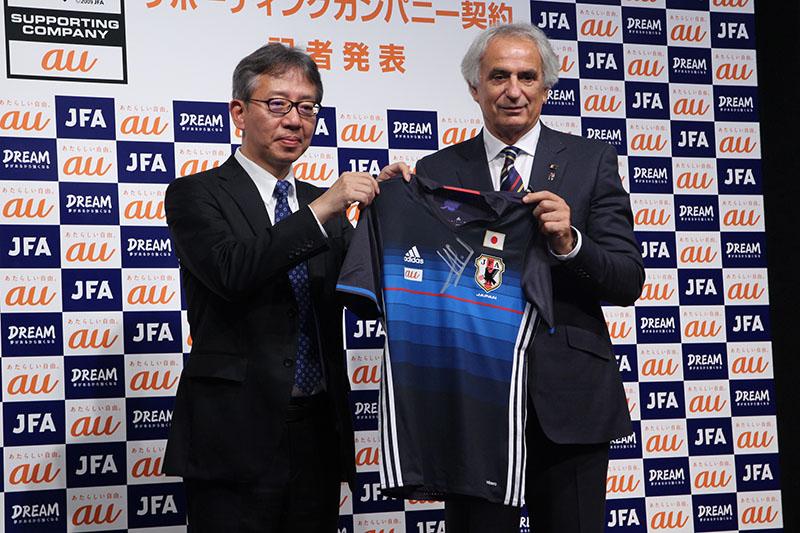 ハリルホジッチ氏からは、auロゴ入りの日本代表ユニフォームが贈呈された
