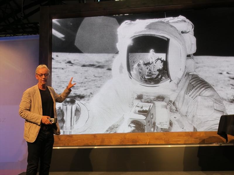 ステージにはHasselblad社CEOのPerry Oosting氏が登壇。アポロが月面着陸をしたときのカメラがHasselblad製であることは知られているが、地球との通信にはモトローラ製の機器が使われており、Moto Modsでの協力は「運命のようだ」と紹介。
