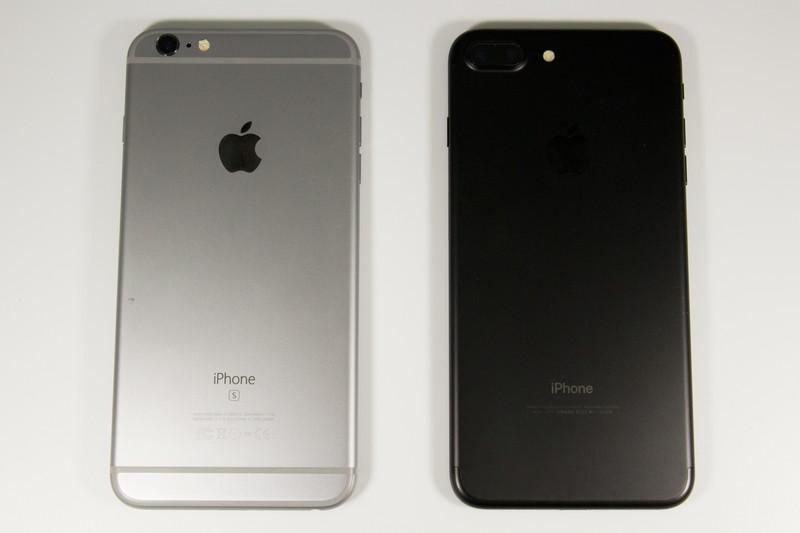 iPhoene 6s Plus(左)とiPhone 7 Plus。カメラ周り以外の形状はほぼ同じだ