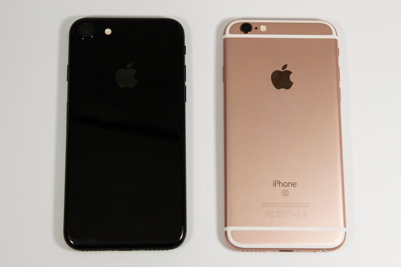 iPhone 6s(ローズゴールド)との比較。イヤホンジャックは廃止された