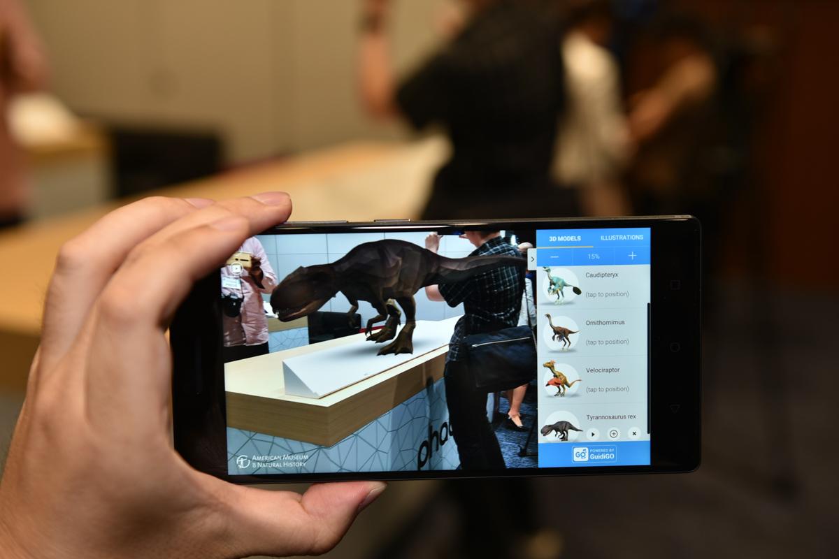 恐竜を正確に実物大で表示できる教育系アプリ。こちらはT-REXを机の上に15%のサイズで表示したところ