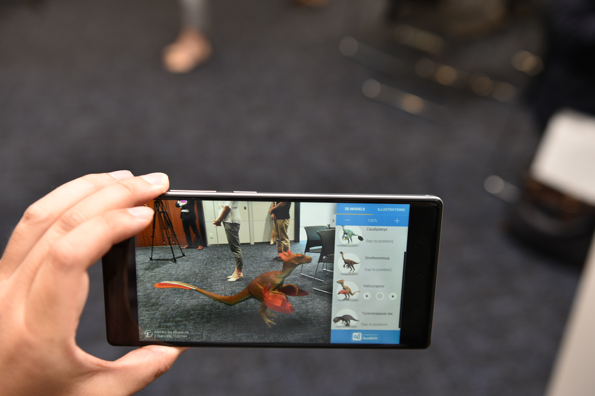 ヴェロキラプトルを実物大で表示。ユーザーが動き回ってもしっかりと床に立っているように表示される