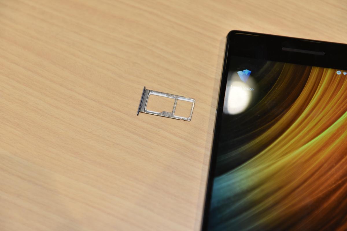 「PHAB2 Pro」のSIMトレイ。2つのnanoSIMカードを搭載でき、ひとつはmicroSDカードとの排他利用