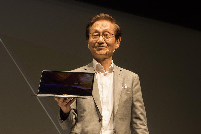 「ZenBook 3」を披露するASUSのジョニー・シー会長
