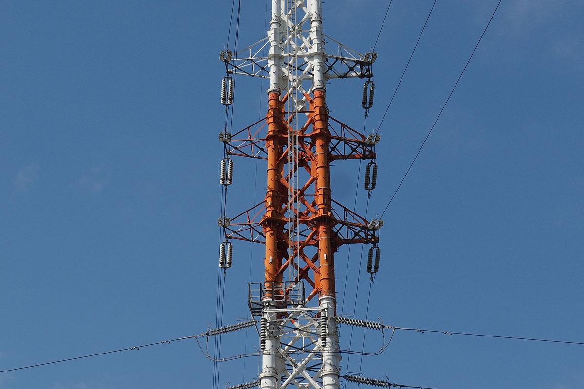 近所にある鉄塔を見てみました。確かに、どの鉄塔にも3本1セットで送電線が張られています。よく見られるのは、縦に3本並んでいるパターン。これが左右にあり、3本(1回線)+3本(1回線)で2回線分となっている送電線です。仕組みや理由を知ってみると、よりオモシロく見学できます。
