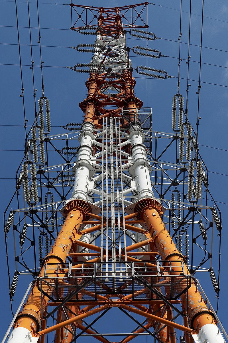 この鉄塔の送電線も、碍子部分は10個目が色違いになっています。……鉄塔や電線に関係する人は、この碍子の数や色違い碍子を、実際はどういうふうに見たり利用したりしているんでしょう。