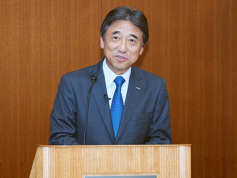 上期決算を解説するドコモの吉澤社長