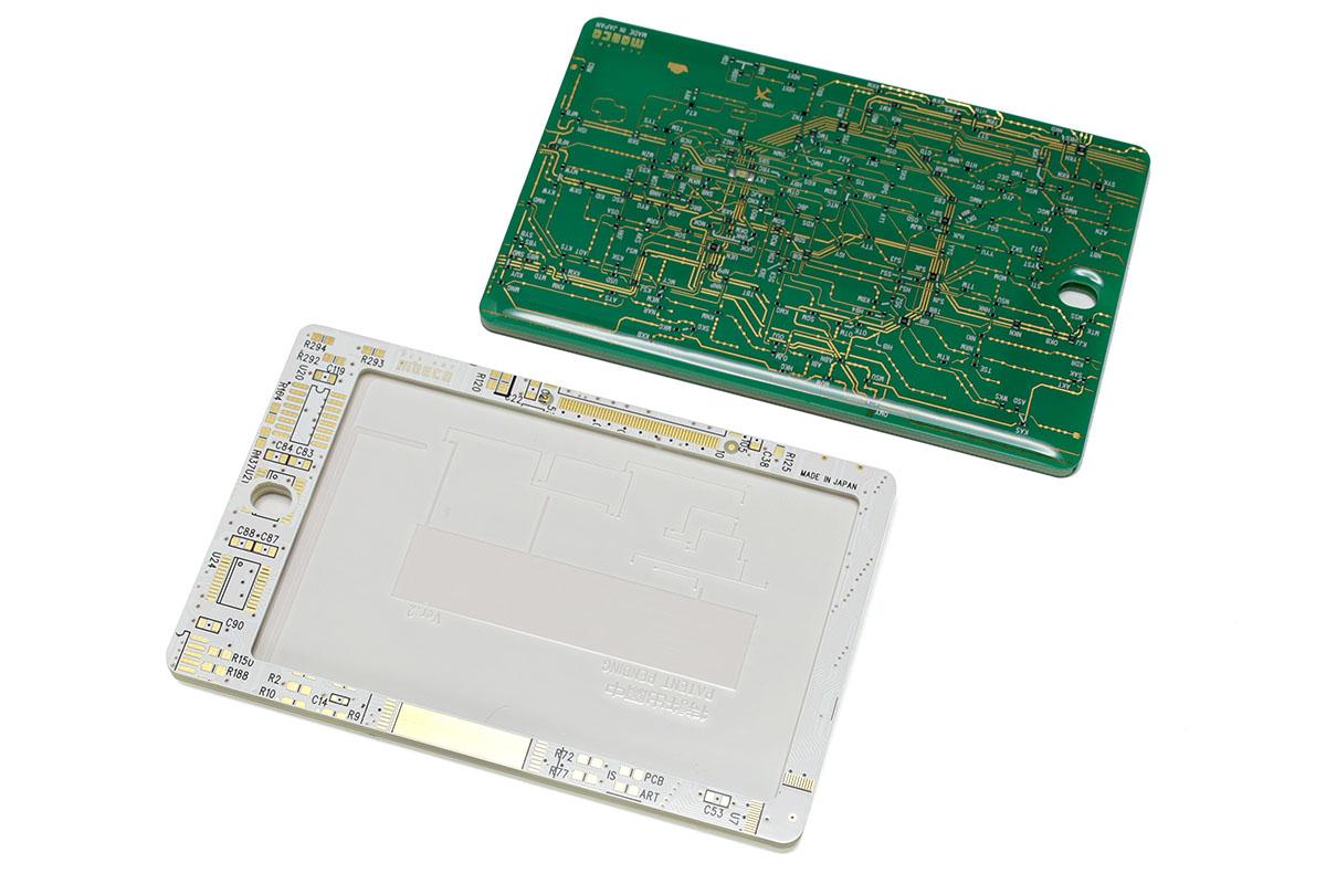 ICカード向けのハードケースです。基板がそのまま使われていますので、かなり硬質。厚みは4.5mmあります。刻印入りのクレジットカードなども入ります。ただし、穴の部分に付属ストラップの金具を通すなどしないと、カード差し込み口からカードが抜け落ちてしまいます。