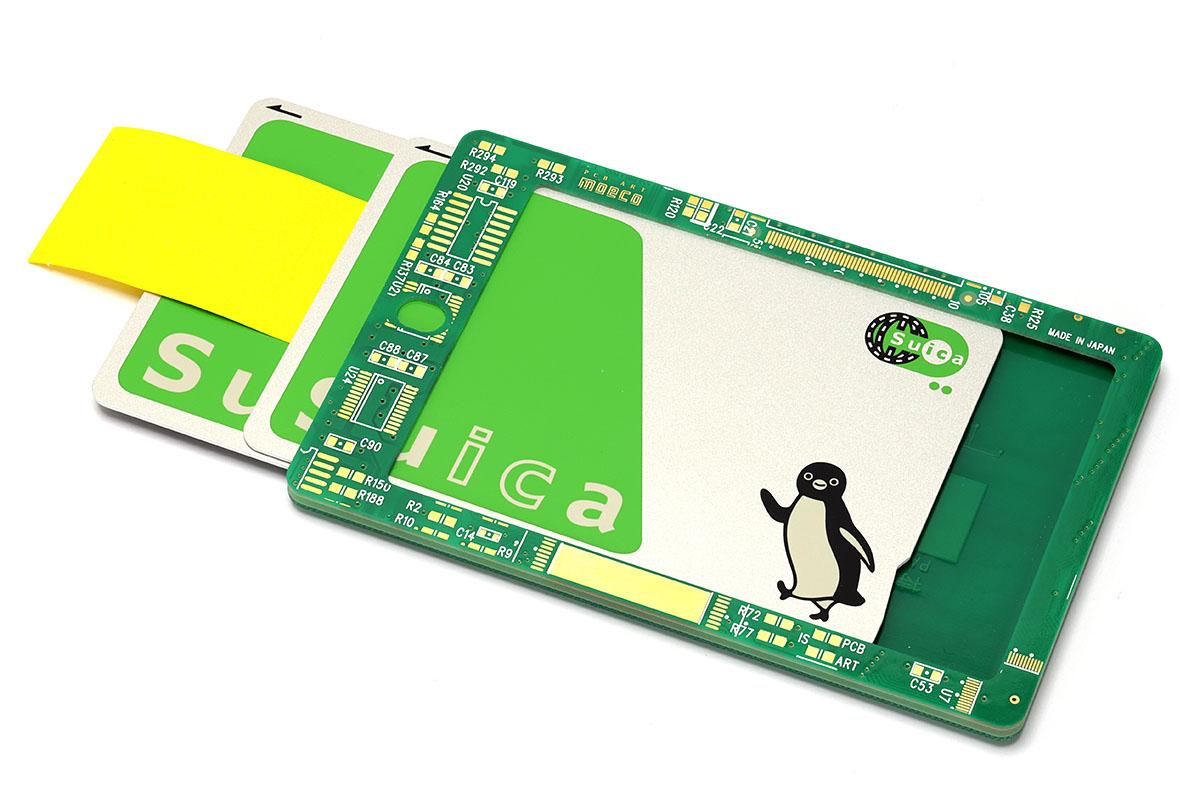 このICカードにはSuicaなら2枚まで入るようです。2枚のSuicaの間に標準的な付箋氏を1枚挟んでも入りました。ただし、付箋氏を2枚挟むと入りません。ちなみに、1枚のSuicaの裏に付箋氏を8~10枚程度重ねて入れると、カードの抜け落ち防止になる「カード収納時のキツさ」になったりします。