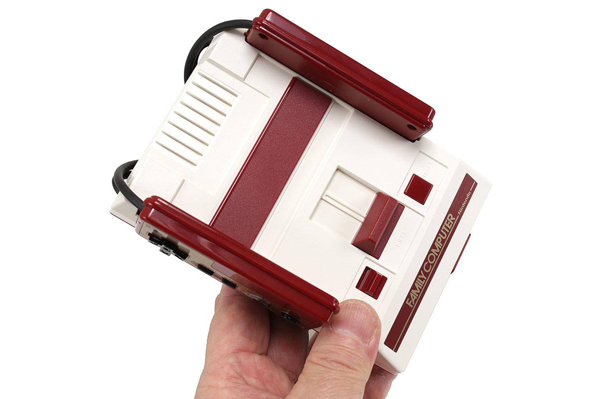 任天堂の「ニンテンドークラシックミニ ファミリーコンピュータ」。往年のファミコンのデザインをそのまま使った復刻版です。ただし、ゲームソフト30本を内蔵しており、ソフトの交換や追加はできません。通称「ミニファミコン」ですが、その名のとおりオリジナルのファミコンの半分くらいのサイズ感で、冬の上着ポケットになら収まりそうな小ささです。
