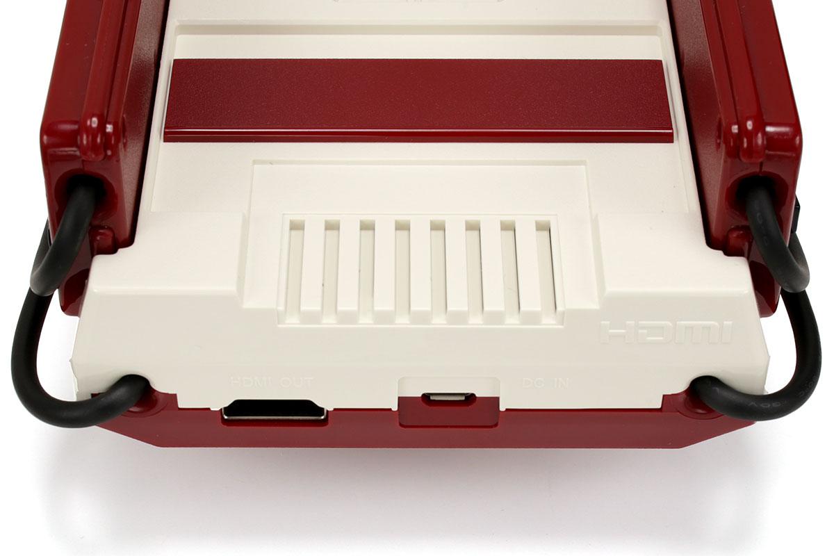 本体のボタン類は電源ボタンとリセットボタンのみで、手前のコネクタやカセット用スロットはダミーです。背面には電源供給用USBポートと映像・音声出力用HDMIポートがあります。