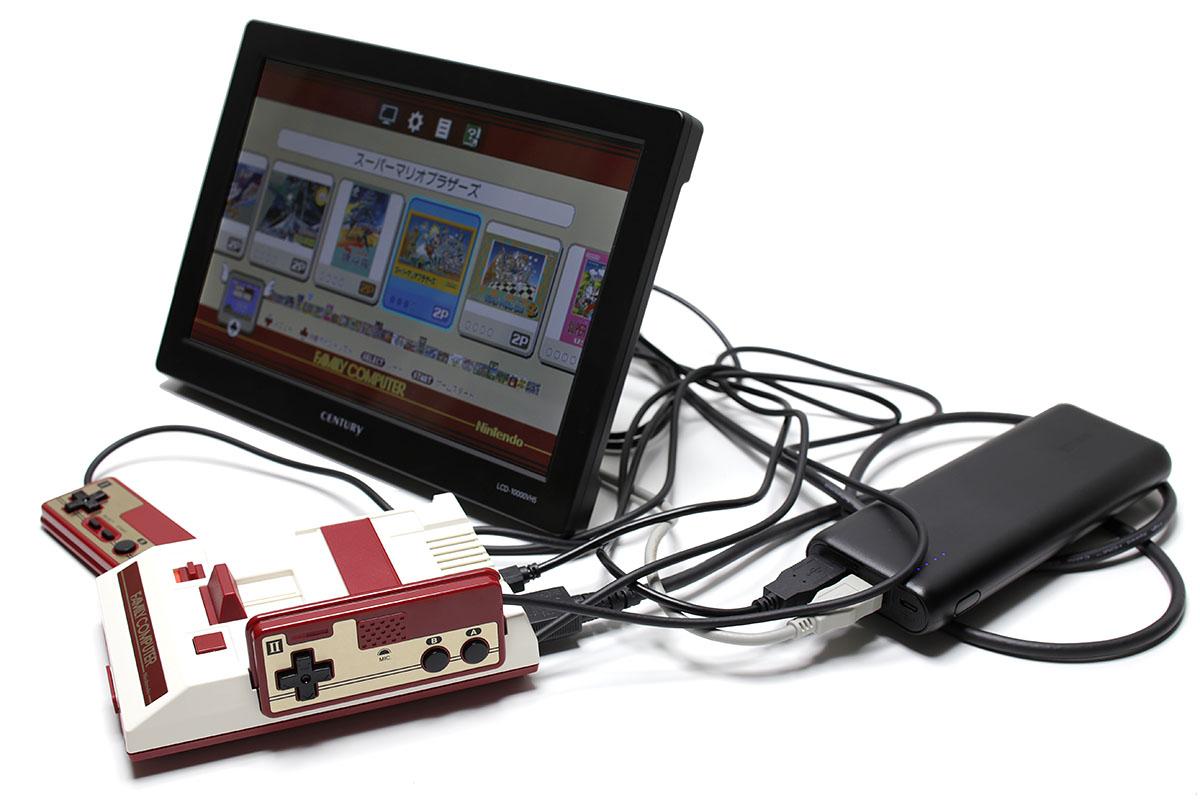 モバイルバッテリー×1個、給電用USBケーブル×2本、HDMIケーブル×1本、そしてミニファミコン本体で「モバイル・ファミコン」一式です。思った以上にケーブルが邪魔な感じ。3本のケーブルをどうキレイにさばくかがポイントかもしれません。