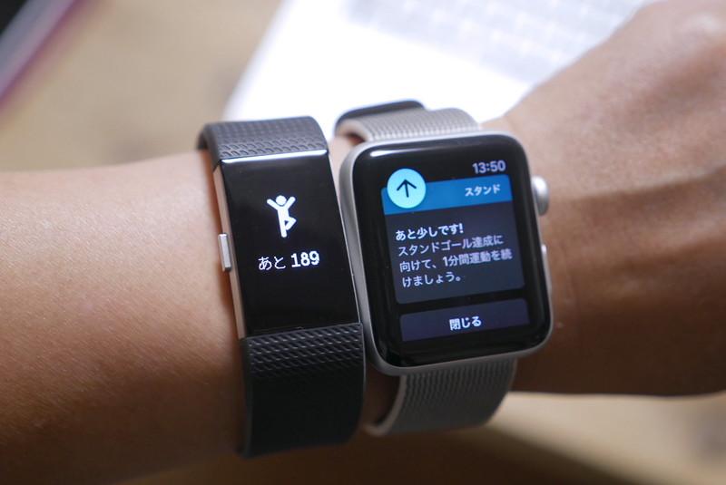 毎時50分になると足りない活動を促します。左がFitbit Charge 2、右はApple Watch Series 2