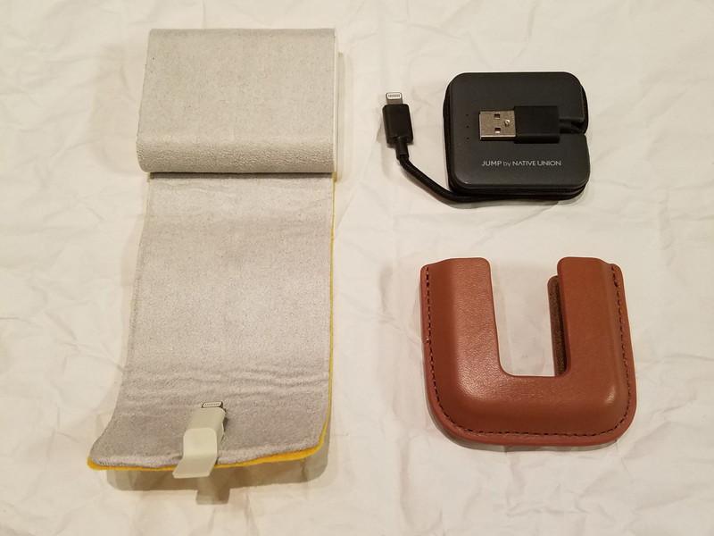 高級な専用革ケースも用意されているJUMP Cable(右)とクレードル用に展開したロールドック(左)
