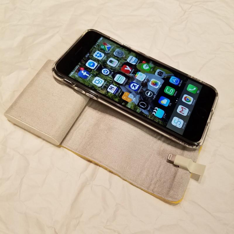 筆者のiPhone 7 Plusでも問題なくクレードルとして使えそうだ