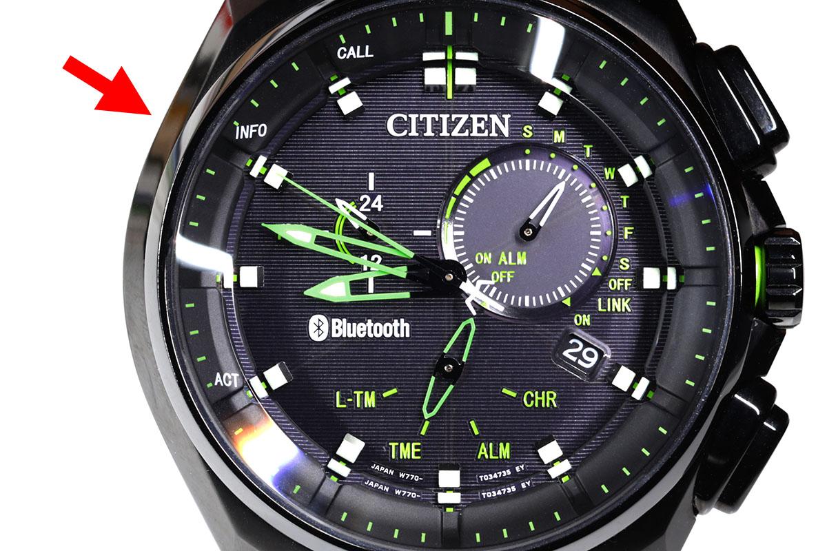 腕時計上での通知は、ピッという音(1度もしくは2度)、ブブッという感じの振動、それから秒針が指す位置で示されます。通知内容により、秒針は8時、9時、10時、11時の位置を指します。メールやSNSに新着があると、右写真のように秒針が10時(INFO)の位置を示します。