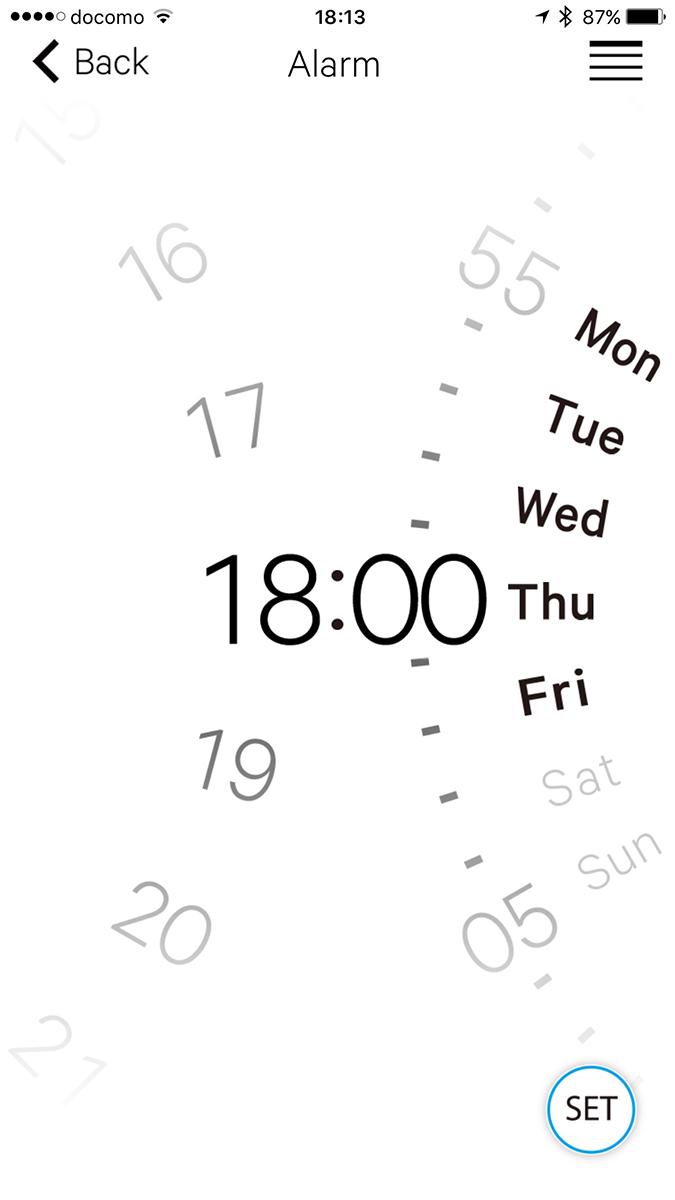 左はローカルタイムを設定している様子。目的地をタップするだけで設定できます。中央と右はアラーム設定の様子。設定しやすく、腕時計のアラーム機能を多用する人には便利と思われます。