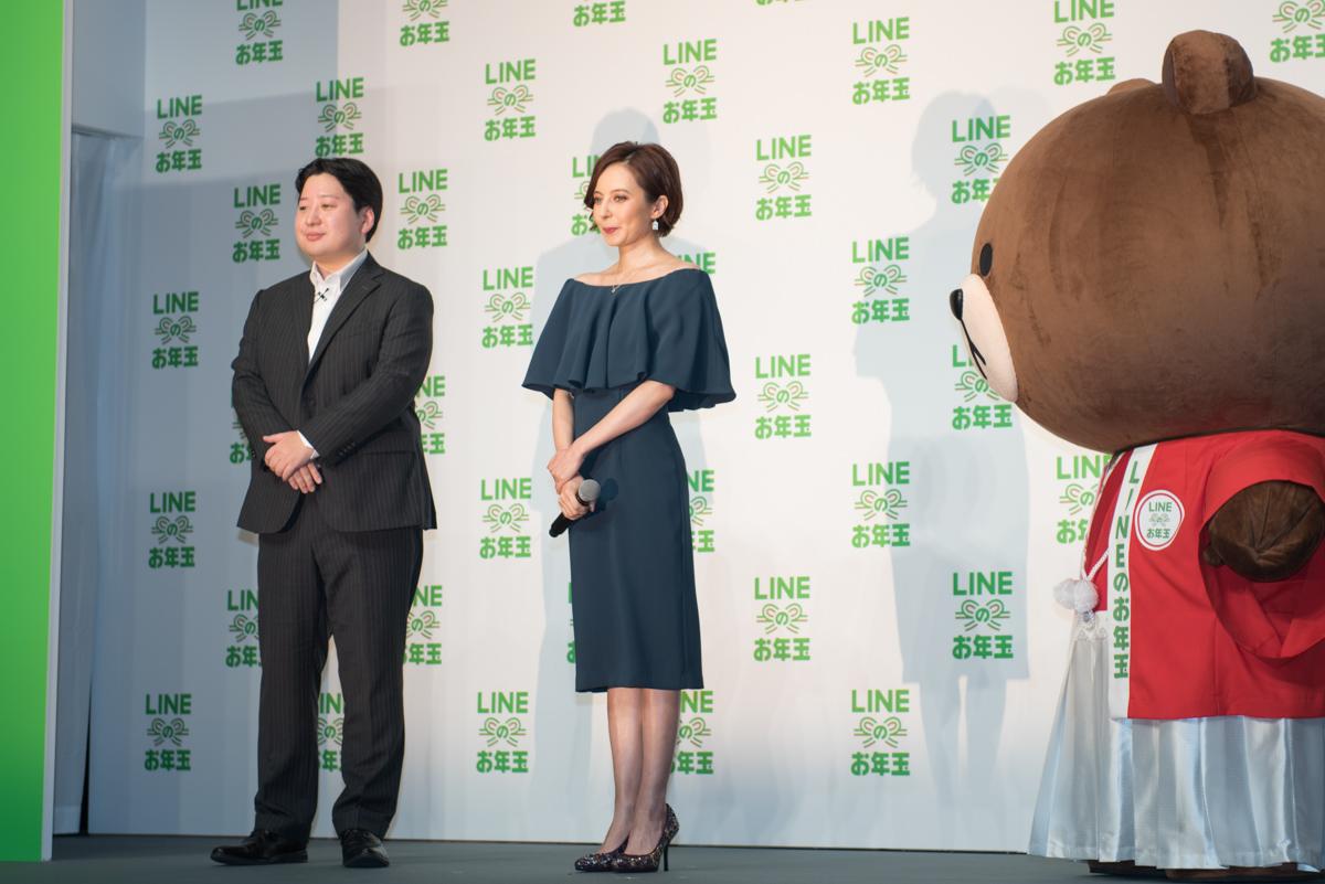 発表会のステージに登壇したベッキー(中央)