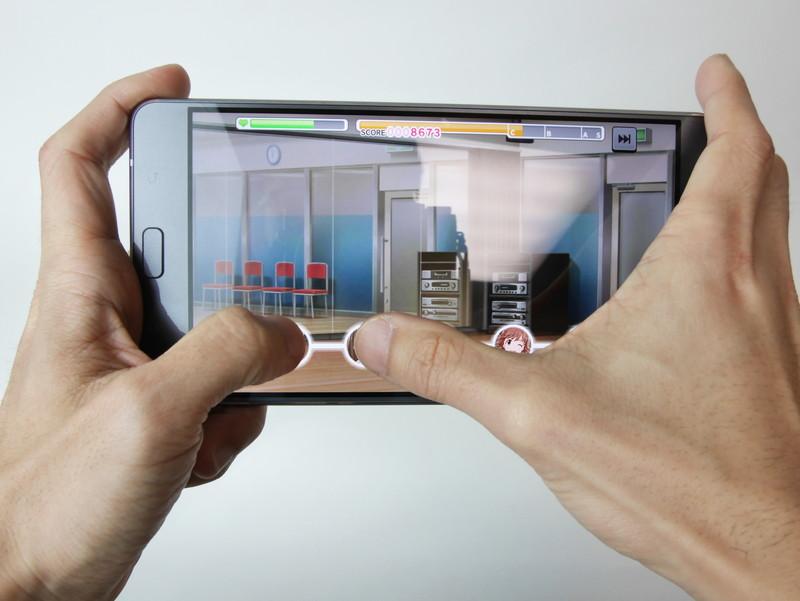 さすがに「ZenFone 3 Ultra」を持った状態での親指プレイは厳しい