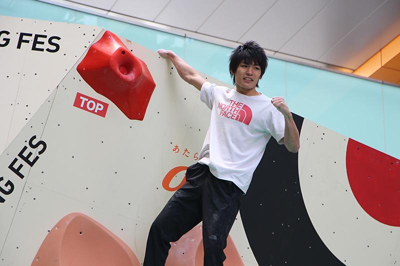 楢崎選手は左足を振って跳び、「世界選手権の壁」を攻略