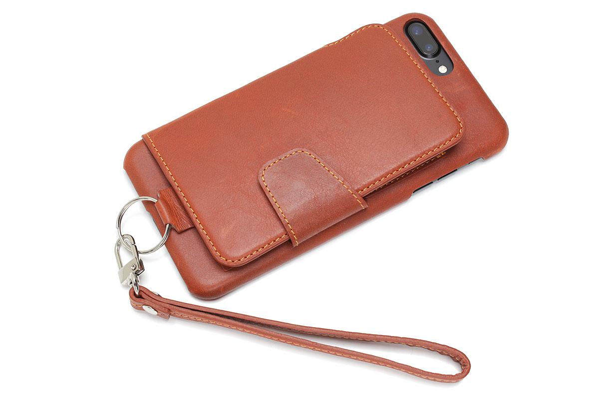 toomoの「RAKUNI」。背面にフリップ式のカードケースを備え、表面は画面を覆わないスタイルの革製ケース(端末保持部は樹脂製)です。各種iPhone用ケースがありますが、iPhone 7 Plus用のキャメルを購入。Amazonにて5492円でした。