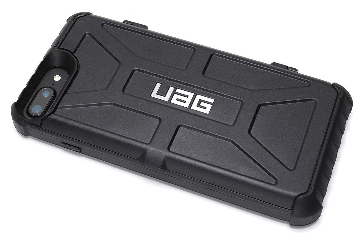 常用していたUAG「Trooper」。非常に頑丈なジャケット型ケースで、背面のドア内部にはカードを3~4枚収納できます。カード収納部の深さは4mm程度。