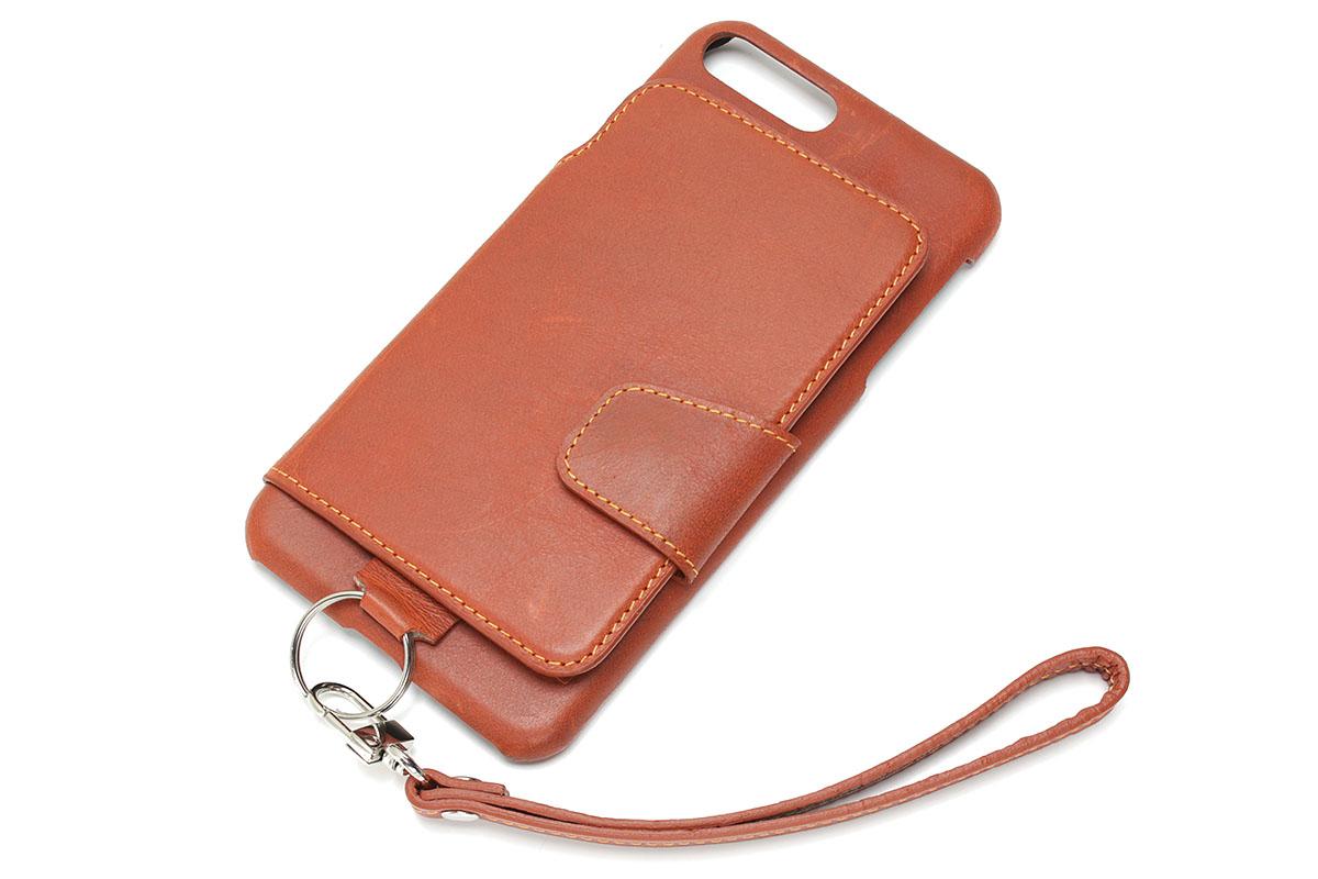 「RAKUNI」は革製iPhoneケース。背面にはスナップボタン式のフラップがあり、内側には合計3つのポケットがあります。クレジットカードなら4枚くらい入りそうです。フラップを閉じた状態でもカメラ部は覆われません。