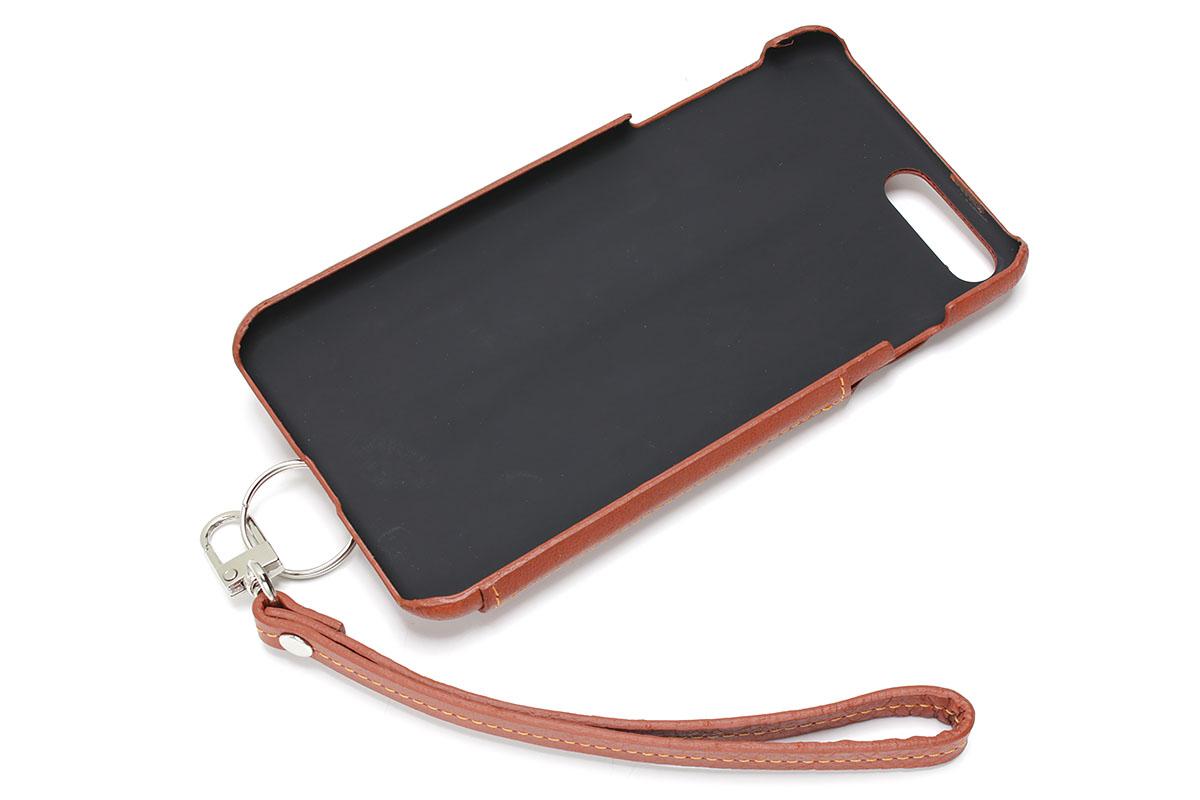 画面側はカバーなどがないタイプ。背面に常時携帯のカード類や紙幣が入りつつ、カバーを開かず即iPhoneのタッチ操作ができるという、2つの利便を併せ持ったケースです。写真はiPhone 7 Plus用ですが、背面下部にはストラップホールがあり、革製ストラップが付属します。