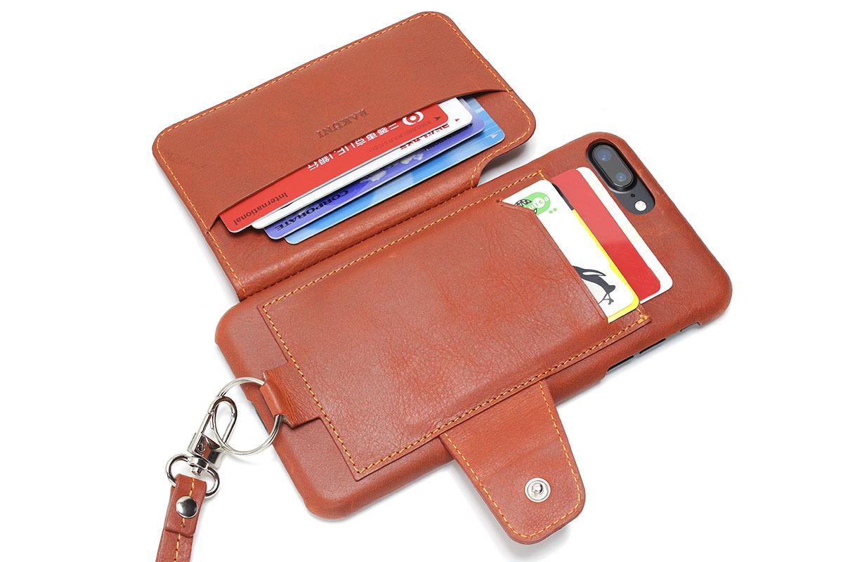 背面ポケットに刻印のないカードを4枚、フラップ側ポケットに刻印付きカード4枚を入れた状態です。このまま閉じると「少し入れすぎた二つ折り財布」みたいにやや膨らんでしまいます。このカード収納量がほぼ最大だと思いますが、ここまでカードを入れると出し入れもしにくくなります。