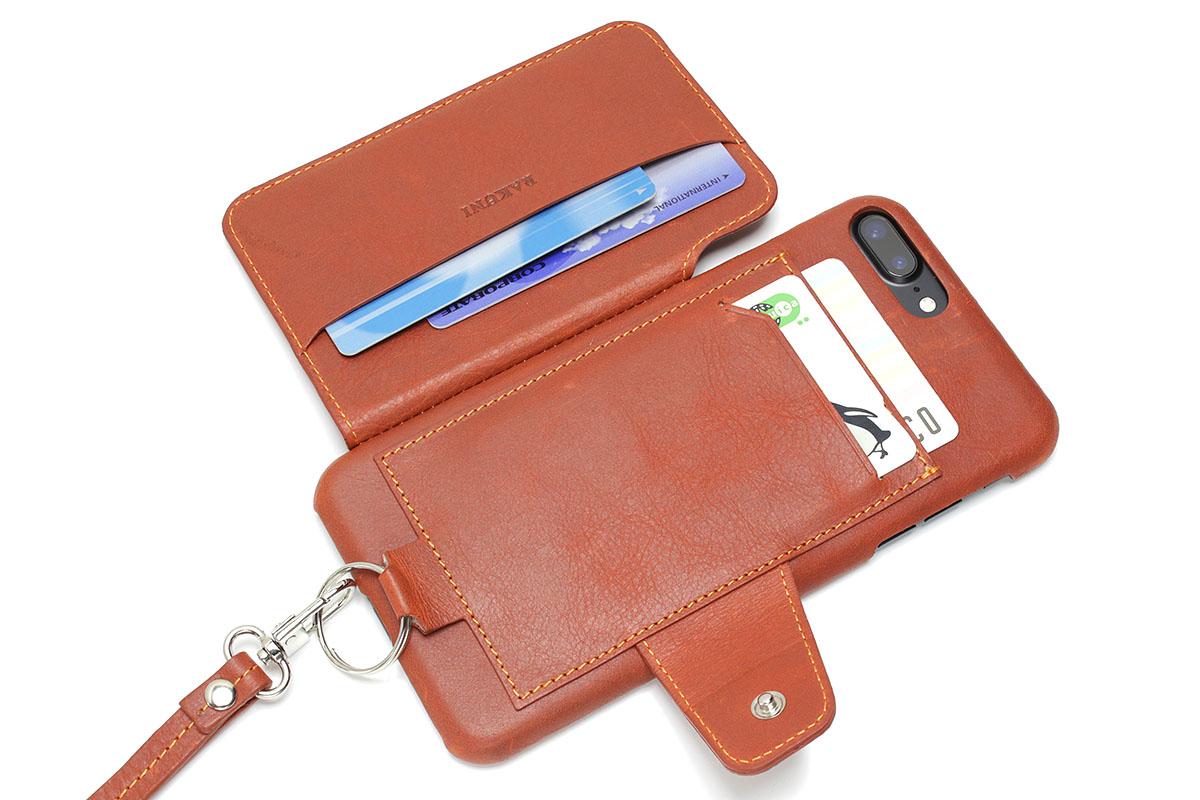 背面ポケットに刻印のないカードを2枚、フラップ側ポケットに刻印付きカード2枚を入れた状態です。これだとスマートな感じで閉じられます。カードの出し入れもスムーズ。さらに、本体背面に干渉防止カードを1枚、フラップ側ポケットに紙幣などを追加して入れても、スマートさ・出し入れのしやすさともに実用的です。