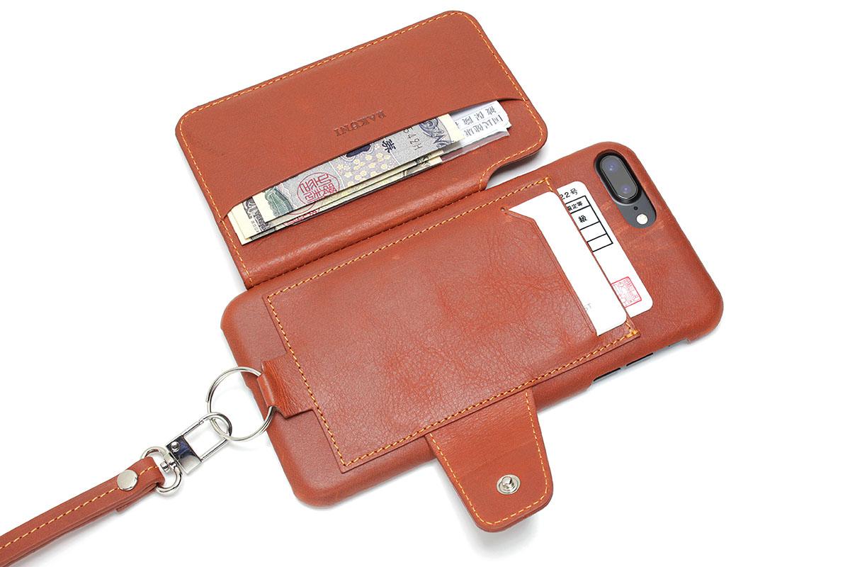 いつもは背面ポケットに運転免許、ボート免許、電波干渉防止カードを、フラップ側ポケットに保険証、緊急連絡先カード(保険の緊急連絡用携帯カードなど)3枚、テレホンカード、紙幣3枚を入れています。iPhone入り「RAKUNI」だけ持ち出せば「とりあえずどうにかなるセット」という感じです。これらカード類を入れてフラップを閉じても、まあまあスマートと言える薄さです。